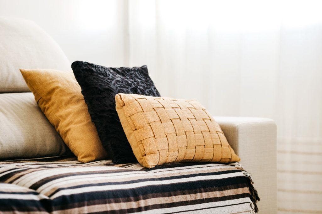 Ozdobne tekstylia do salonu, które warto mieć