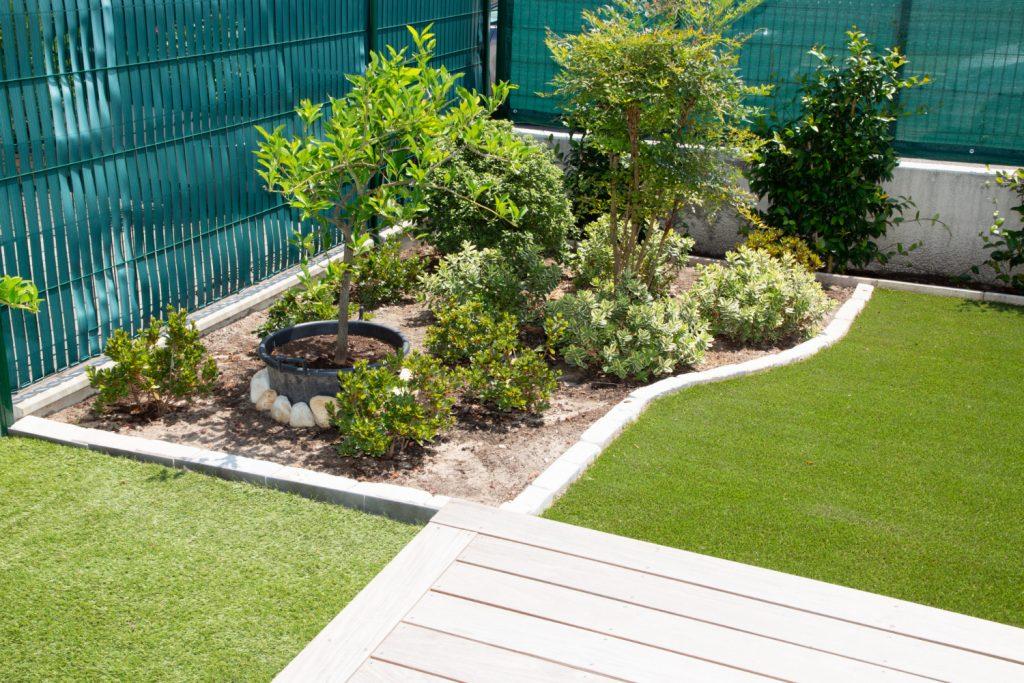 Ogródek w domku szeregowym - jak zaaranżować?