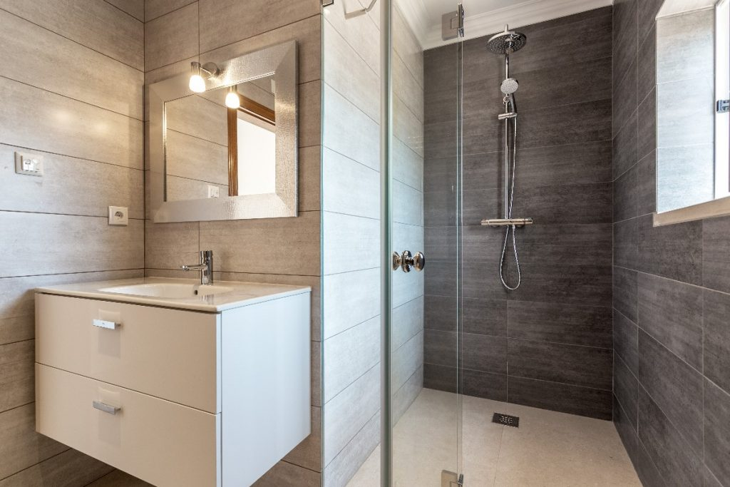 Mała łazienka - jak zrobić z niej funkcjonalne wnętrze?
